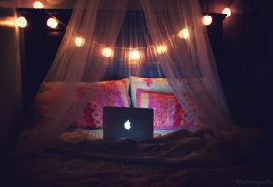 apple-bed-computer-cosy-laptop-lights-Favim_com-60501